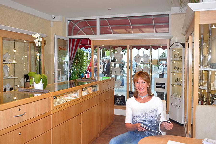 Geschäftsführerin der Goldschmiede Stoll im Ostseebad Binz auf Rügen